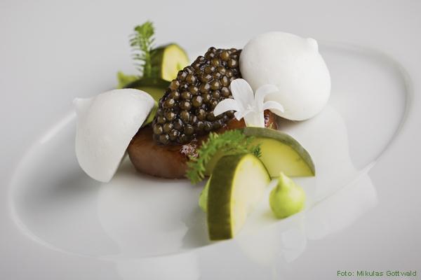 Tim-Raue-Spezialität: Imperial Kaviar mit Calpico und Gurke