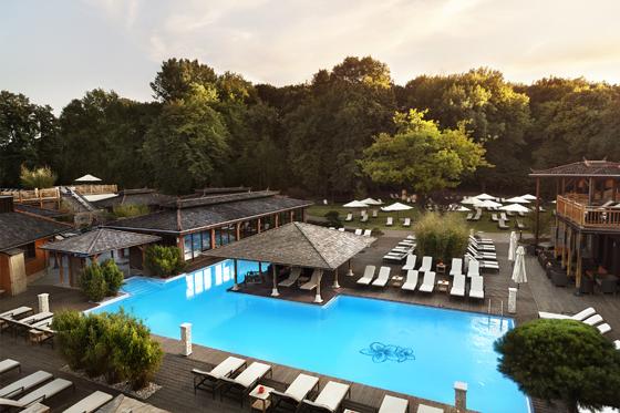 Vabali Spa - Außenanlage mit Pool und alten Bäumen Foto: PR