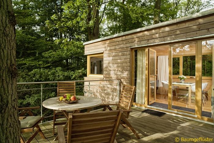Balkon im Wald: Ein Baumhaus im Resort Baumgeflüster