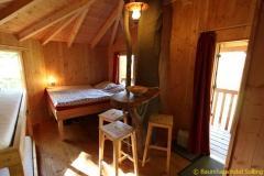 Blick ins Innere eines Raums im Baumhaushotel Solling