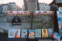 Stand eines Bouquinisten an der Seine in Paris