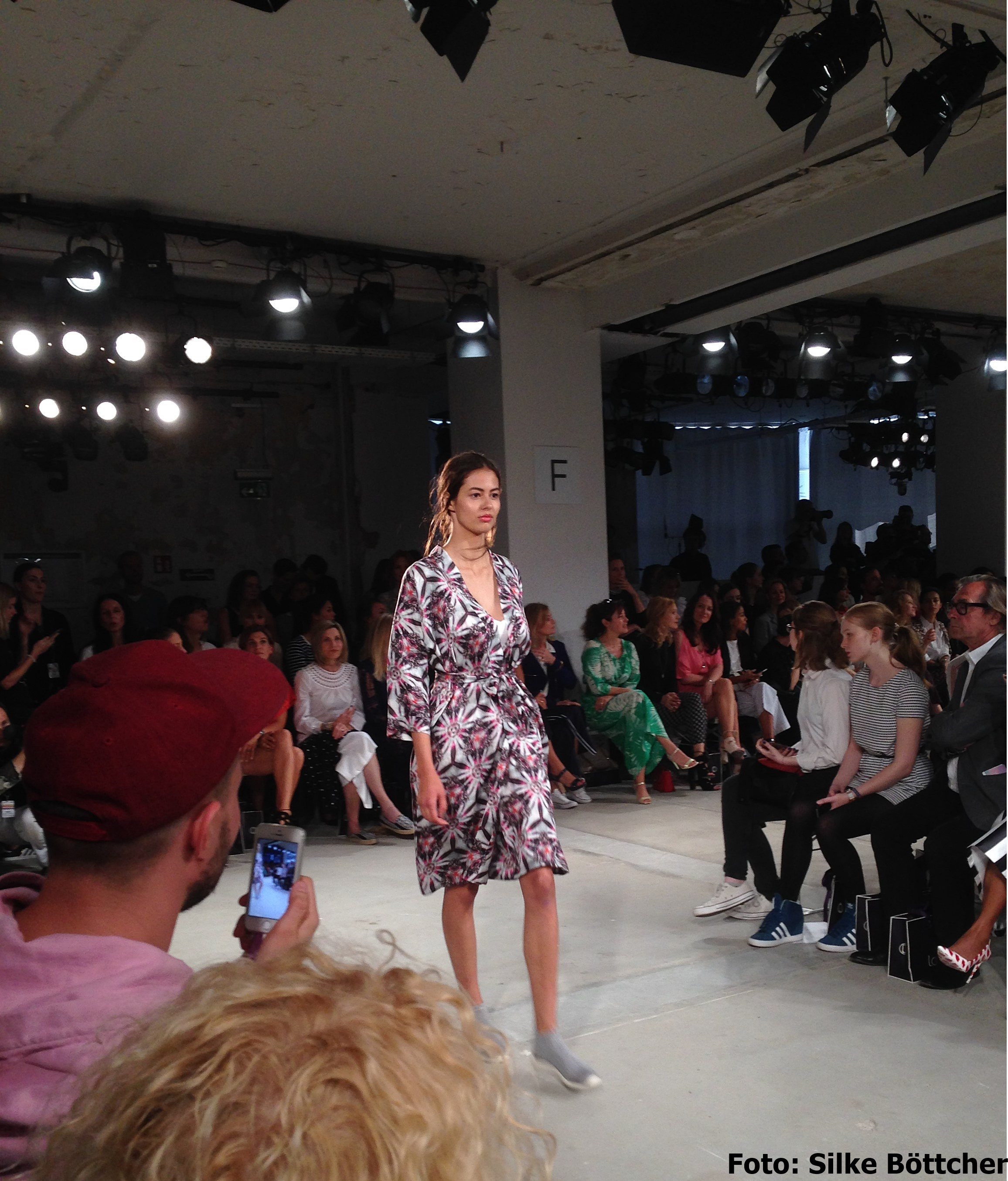 Mein Favorit bei der Laurèl-Show: knielanges Kleid mit Blumenmuster