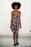 Wunderschönes Kleid mit wildem Blumenmuster bei der Laurèl-Show98C856497CFDAE
