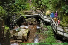 Wanderer in der Flume Gorge in New Hampshire (New England)
