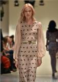 Die Fliege als Symbol auf einem Kleid aus Marcel Ostertags Freedom-Kollektion