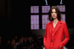 Edel und leuchtend rot: Model Mahren Behringer in einem Outfit von Riani