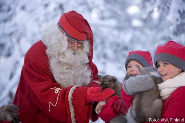 Santa Claus und seine Elfen mit einem jungen Husky