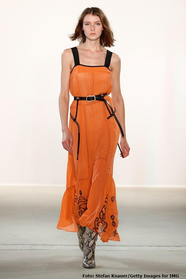 Mandarinfarbiges Seidenkleid mit Stickerei