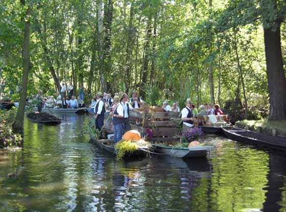 Kahnkorso zum Spreewaldfest in Lehde Foto: spreewald-info.de