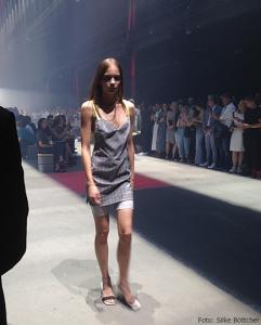 Kurzes Kleid über Shorts im Radlerhosenstil