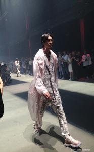 Ugly Sneaker zum wild gemusterten Anzug