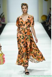 Luftig und leicht: langes Kleid mit Obstmotiv