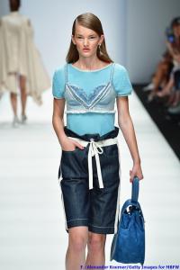 Model Leevke trägt einen Pullover von Edelziege, darüber ein Top von Benu Berlin, Hosen von Nadja, Socken von Wolford, eine Tasche von Samra, Ohrringe von Sabrina Demhoff und Schuhe von Trippen