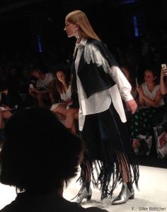 Weste und Hose dieses Greenshowroom-Selected-Outfits sind von Benu Berlin, das Shirt von Buki Akomalafe, der Ohrring von Sabrina Dehoff und die Boots von Nine to Five