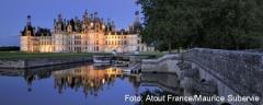 Schloss Chambord spiegelt sich im Wasser der Loire