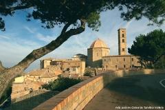 Blick auf die Bastei (Battisterio) und den Campanile von Volterra (Toskana)