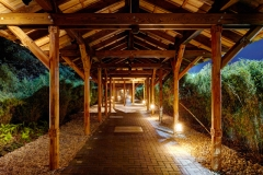 Ein Laubengang mit Bambushecken führt von der Rezeption zum Vabali Spa Foto: PR