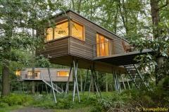 Außen schlicht und innen sehr gemütlich: Baumhäuser im Resort Baumgeflüster