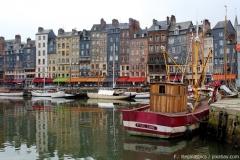 Bunte Häuser und Boote in Honfleur
