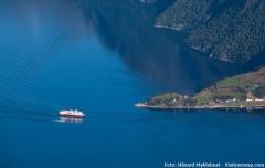 Die Schiffe der Hurtigruten fahren durch eine atemberaubende Landschaft