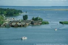 Blick auf die Müritz und einige Bootshäuser in Röbel